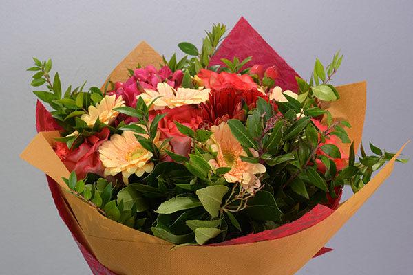 Ένα Κόκκινο Μπουκέτο Με Τριαντάφυλλα